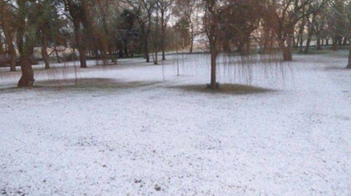 Ayer a la madrugada cayeron copos de nieve en el sur bonaerense.