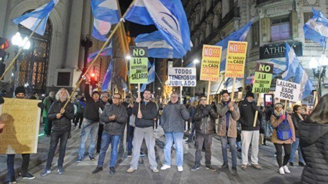 Los mercantiles se manifestaron anoche en Corrientes y Córdoba contra formadores de precios y denunciaron remarcaciones.
