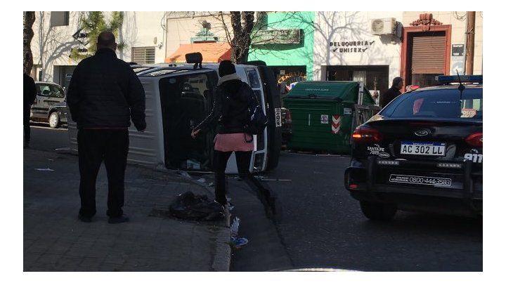 Una trafic terminó volcada tras un choque con un colectivo
