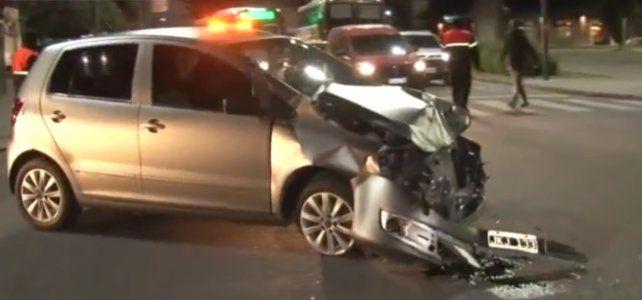Un auto fue embestido por un colectivo que pasó en rojo