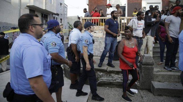 La policía insta a los vecinos a abandonar el área en medio de la situación activa de disparos.