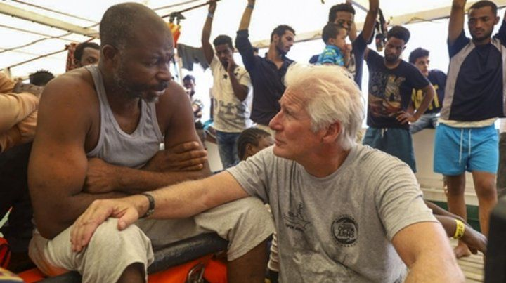 El actor Richard Gere habla con los migrantes arriba del barco Open Arms.