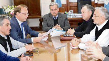 cónclave. Los ministros Farías y Saglione, con los senadores.