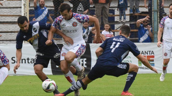 Tras una avivada. Lucas Bracco anotó el gol de la victoria charrúa en cancha de Alem.
