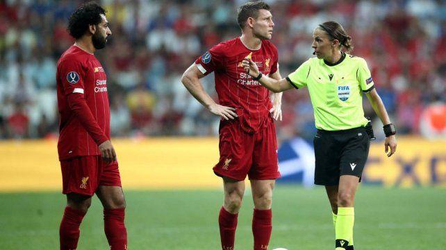 Firmeza. La jueza no titubeó ante los jugadores de Liverpool y Chelsea.