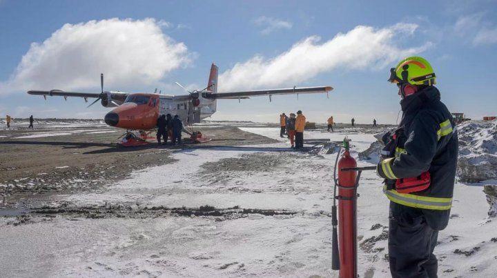 Rescatan a nueve tripulantes de un avión de la Fuerza Aerea accidentado en la Antártida