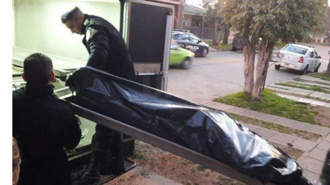 El cuerpo de una de las víctimas es trasladado hacia la morgue.