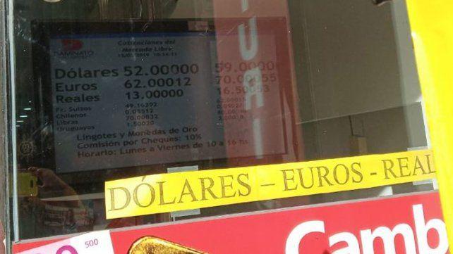 El dólar baja en la mañana del jueves.
