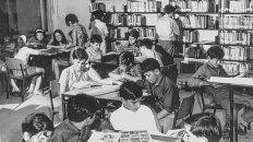 Para la nostalgia. Un grupo de adolescentes en la biblioteca, cuando los estantes estaban abiertos a todos.