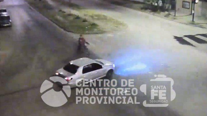 Un video muestra un impactante choque entre una moto y un auto