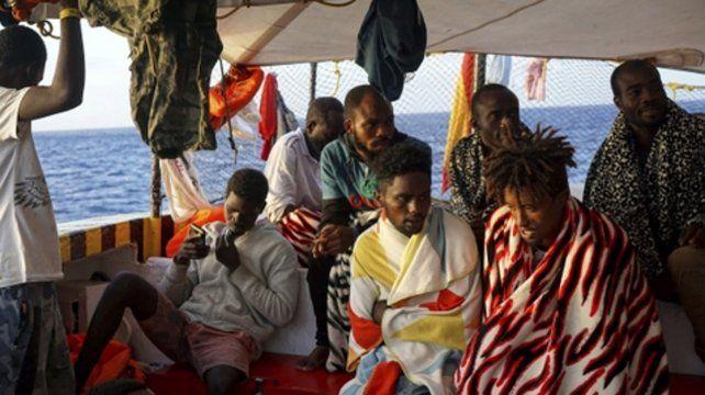 paciencia. Los refugiados africanos a bordo del buque Open Arms esperan frente a Lampedusa.