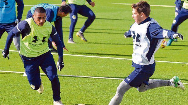 En acción. Zabala marca a Riaño en la práctica. El uruguayo tendrá un lugar entre los 11. El delantero casi seguro también.