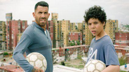 Carlos Tévez y Balthazar Murillo, quien interpreta al futbolista en la niñez.