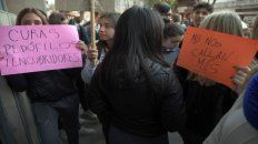 Protesta. Los alumnos del Instituto San José del barrio de Liniers ayer salieron a la vereda.