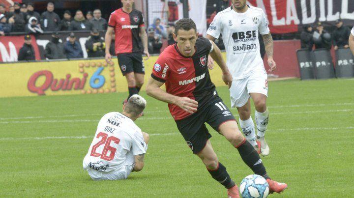 Decisión. Maxi Rodríguez encabeza un ataque en el partido del debut. La lepra necesita del juego criterioso del capitán.