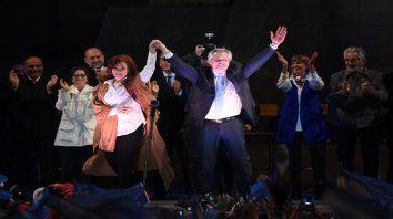 Alberto Fernández y Cristina Kirchner, junto a los gobernadores, cerraron la campaña nacional con un masivo acto en Rosario.