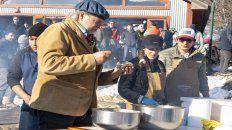 Movida. El chef ayer cocinando centolla para los pobladores.