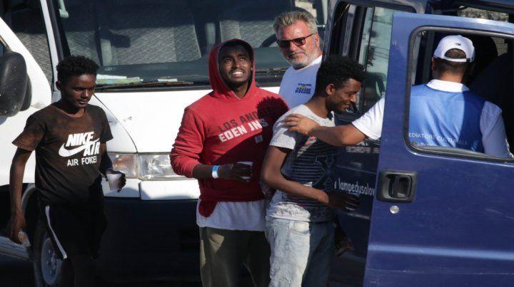 Drama terminado. Los refugiados que pudieron dejar el buque se dirigen a tierra firme.