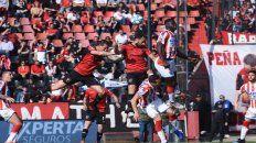 Cristian Lema y Santiago Gentiletti se elevan en el área de Unión. Newells generó riesgo de arriba.