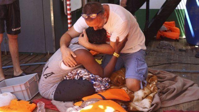 Desesperante. Un militante de la ONG Open Arms auxilia a una migrante africana