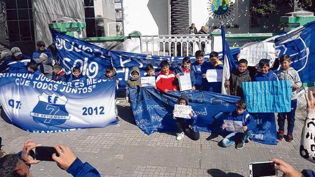 Haciendo el aguante. Compañeritos del club 7 de Setiembre fueron al Vilela para apoyar a Benjamín.