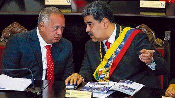 ¿infiel? Diosdado Cabello junto al presidente Nicolás Maduro. El poder chavista se va resquebrajando.