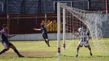 Gol charrúa y festejo. La pelota ya entró al arco de El Porvenir y celebran Yassogna y Cereseto (9) en el primer triunfo en el Gabino.