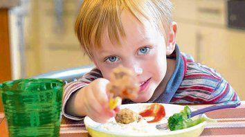Comer rico, pero sano. Se busca lograr una alimentación saludable en los chicos para evitar problemas de salud.