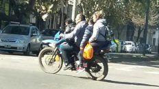 inconsciencia vial. Una familia de cuatro integrantes circula en moto sin casco por una calle de Rosario.