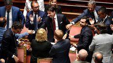 Giuseppe Conte es saludado por los senadores aliados luego de su exposición.