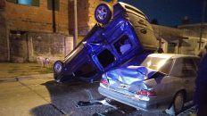 Tres autos destruidos tras un impactante choque en zona sur