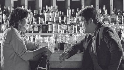 Filmada en blanco y negro. Mónica Galán, en una escena junto a Gabriel Corrado, encarna a una actriz que está rodando una película.