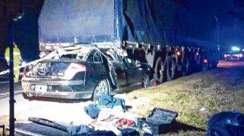 Tremendo Choque. El Citroen que se dirigía a Santa Fe se incrustó en la parte trasera del Scania que iba a Paraguay.