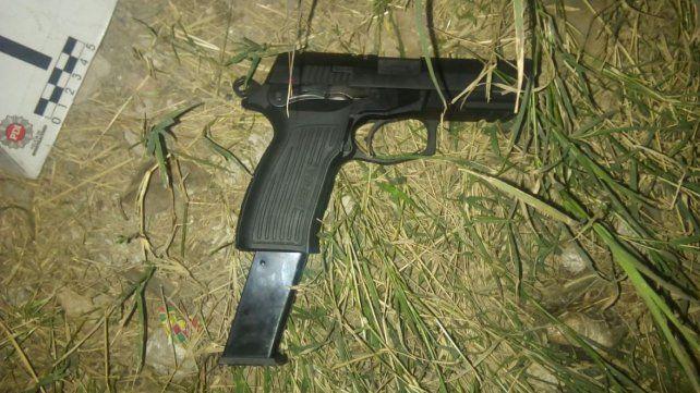 El arma secuestrada al presunto delincuente.