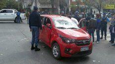El auto terminó con el parabrisas destrozado y las puertas laterales pateadas, entre otras cosas. La conductora golpeada.