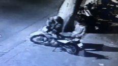 Menos de dos minutos para robar una moto en pleno centro