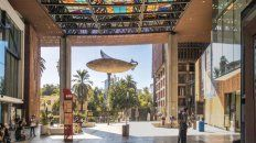 Numerosos artistas chilenos han poblado de historias y color los recorridos más transitados de la capital.
