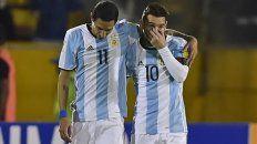 Compañeros de ruta. Di María y Messi con los colores de la selección. Amigos pese a profesar su amor por colores distintos.