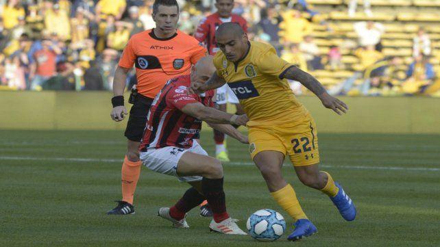 Para adelante. Zabala se lleva la pelota ante la presencia de Mancinelli. El volante canalla no gravitó demasiado por su sector.