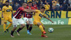 Al pie. Lovera controla e intenta desequilibrar ante la marca de Chimino. El juvenil se destacó con un golazo.