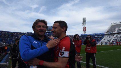 Viejos conocidos. Heinze y Maxi se saludan y sonríen antes del partido.