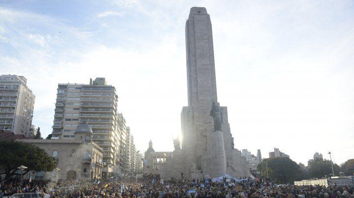 Una multitud se reunió en el Monumento a la Bandera para expresar su apoyo a Macri.