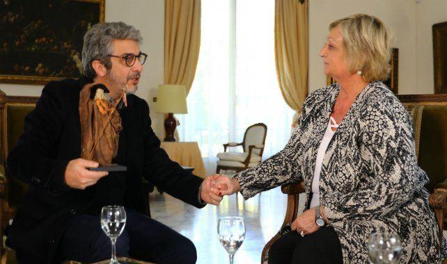 Darín recibe la distinción de manos de la ministra de Turismo de Uruguay, Lilaim Kechichian.