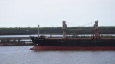 Los barcos de carga circulan por el lecho el canal del río Paraná con el calado mínimo y poco margen de maniobra.