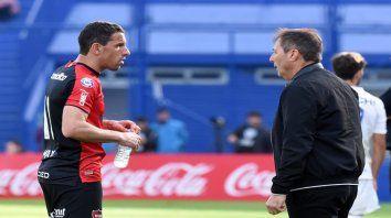Capitán y entrenador. Maximiliano Rodríguez y Frank Kudelka conversan durante un partido