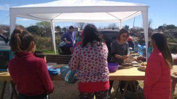 asistencia. Se entregaron alimentos en distintos puntos de los barrios Granaderos a Caballo y Nueva Roma.
