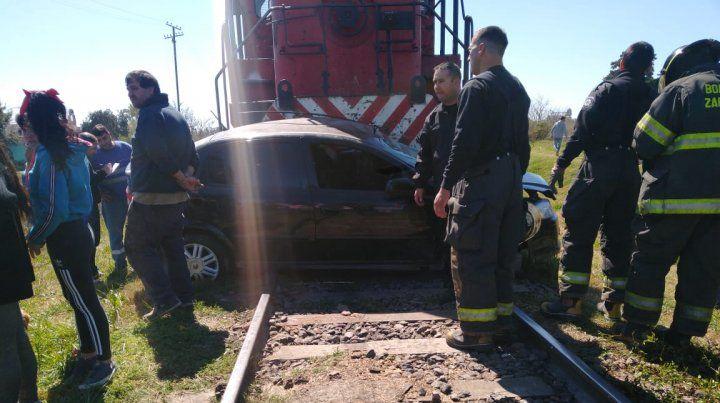 El personal de Bomberos Voluntarios de San Lorenzo trabajó esforzadamente para rescatar a los ocupantes del auto.