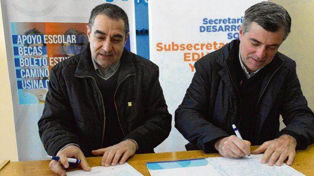 Rúbrica. El decano Amigo y Freyre durante la firma del contrato.