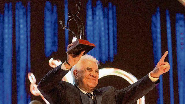 Emocionado. Raúl Lavié fue distinguido con la estatuilla de Platino.