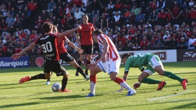 Enganche y definición. Lucas Albertengo prepara el latigazo de derecha para establecer el 2 a 0 ante Unión.